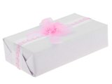 Ręczne pakowanie prezentu - biała tasiemka, całość zapakowane w ozdobny papier